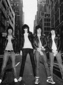 Le più famose band rock mettono ai loro piedi le Converse, in questa foto i Ramones