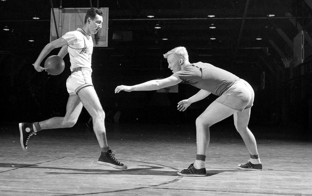 Il cestista Chuck Taylor in azione